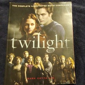 "Twilight""s complete illustrated movie companion 📖"